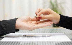 شرایط لازم برای طلاق زن بدون اجازه شوهر در قانون اساسی ایران